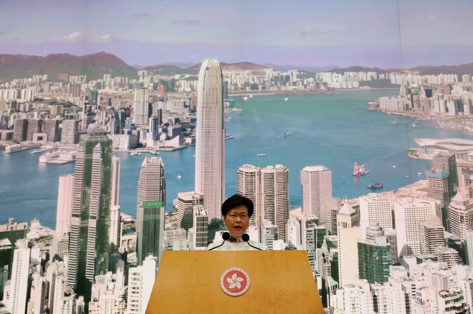 Správkyně Hongkongu Carrie Lamová oznamuje odklad schvalování zákona o vydávání osob podezřelých ze spáchání trestného činu (15. 6. 2019)
