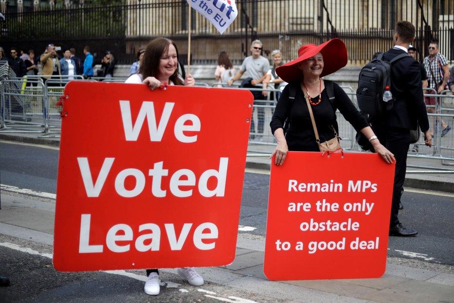 Před britským parlamentem protestují příznivci i odpůrci brexitu.