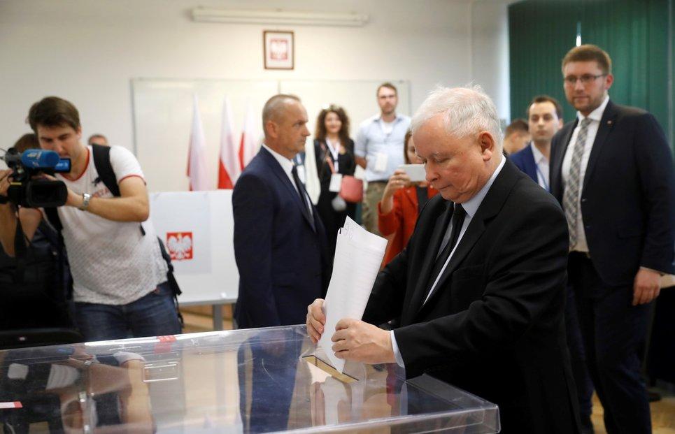 Předseda strany Právo a spravedlnost Jaroslaw Kaczynski ve volební místnosti. (13.10.2019)