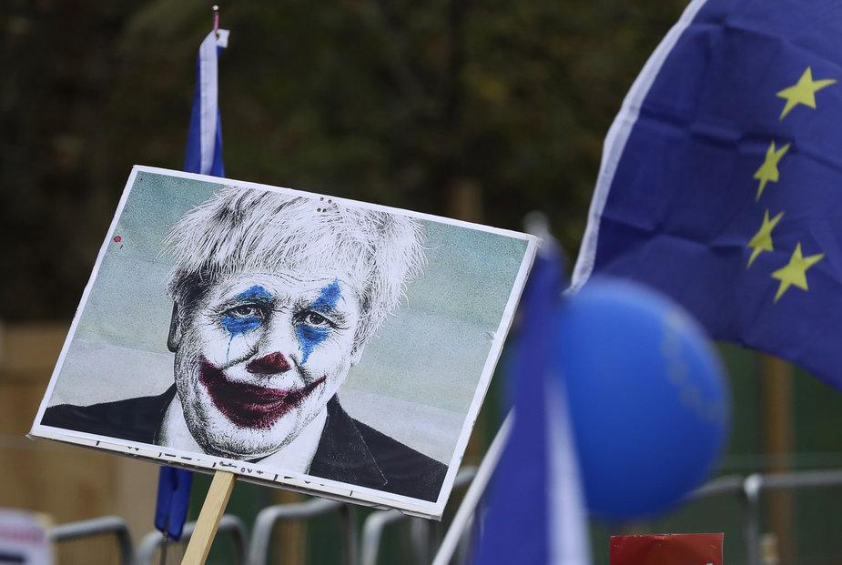 Lidé v centru Londýna demonstrují za setrvání Velké Británie v Evropské unii (19. 10. 2019)
