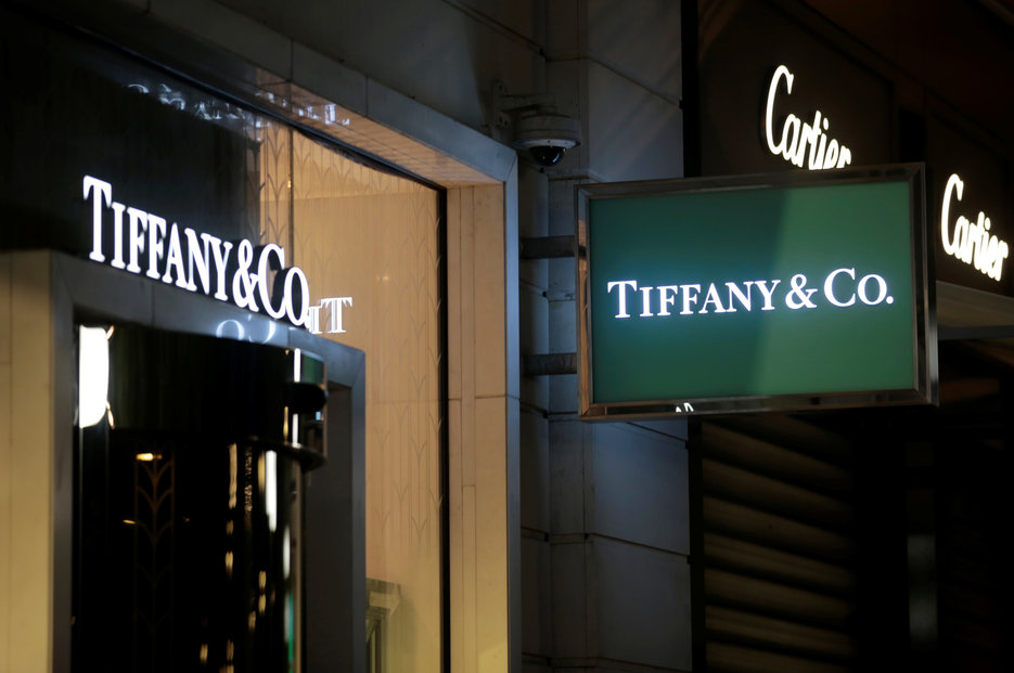 Francouzská luxusní skupina LVMH koupí za 16,2 miliardy dolarů klenotnictví Tiffany.