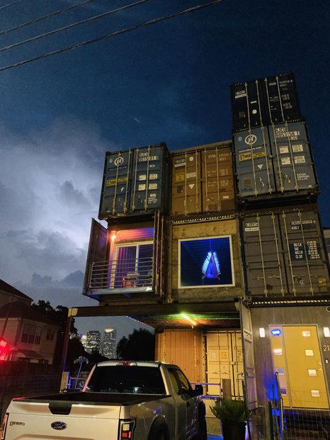 Designér si postavil dům z lodních kontejnerů. Celkem jich použil jedenáct