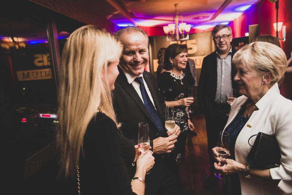 Zakladatelka Siko Jaroslava Valová v diskusi s Pavlem Sehnalem z SP Group, v pozadí Vladimír Schmalz z Edua a Jiřina Nepalová z Renomia