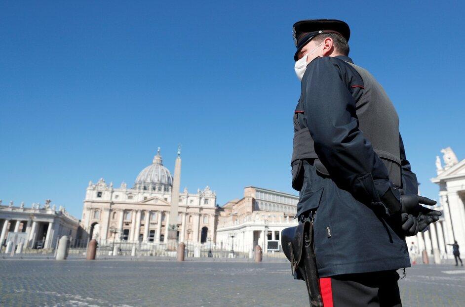 Policisté hlídkují na prázdném Svatopetrském náměstí ve Vatikánu