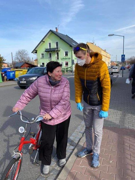 Distribuce roušek v Litovli v režii dobrovolníků (16. 3. 2020)
