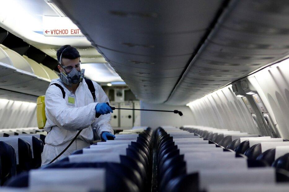 Desinfekce letounů Smartwings na letišti v Praze