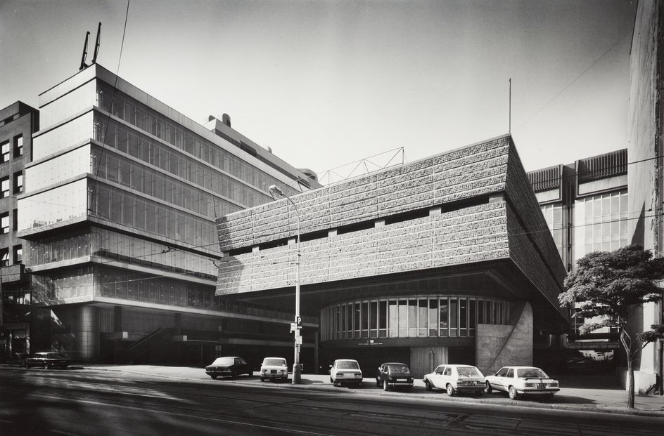 Architekt Václav Aulický se kromě žižkovské vysílací věže podepsal také pod budovu Transgasu, která byla na konci 2019 zbourána. Brutalistická budova měla mnoho odpůrců, ale i velkých zastánců.