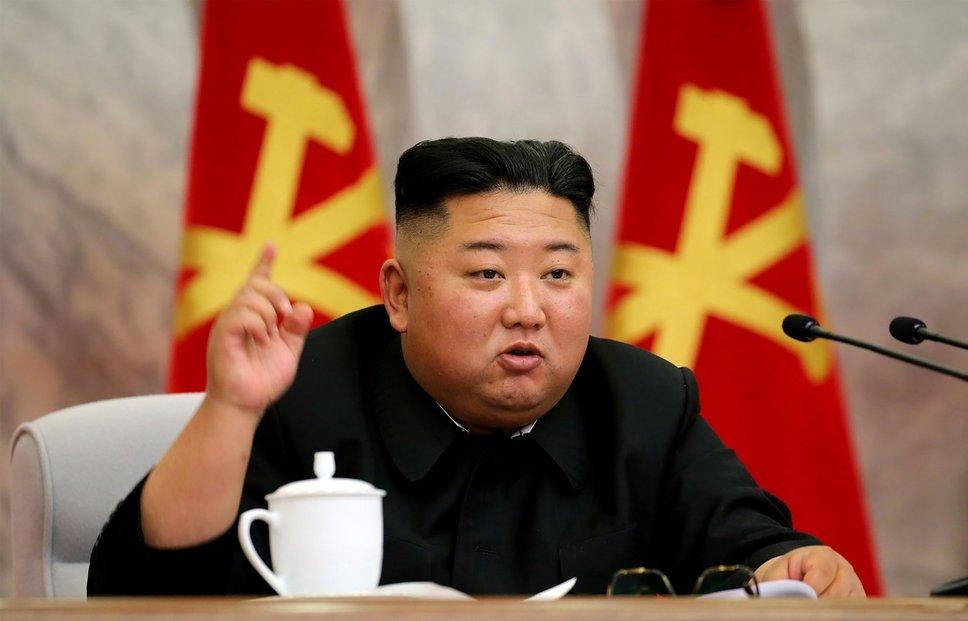 """Severokorejskou ekonomiku čeká letos nejhlubší propad od roku 1997. Hrubý domácí produkt země, jenž loni činil pouhých 1700 dolarů na hlavu, což je řadí mezi dvacet nejhorších států na světě, se zřejmě sníží o šest procent. Vůdce KLDR Kim Čong-un proto představil na pondělním zasedání politbyra Korejské strany práce nový plán, jenž nazývá """"osmdesátidenní bitvou"""". Jeho cílem je do ledna 2021 nakopnout hospodářství totalitního státu."""
