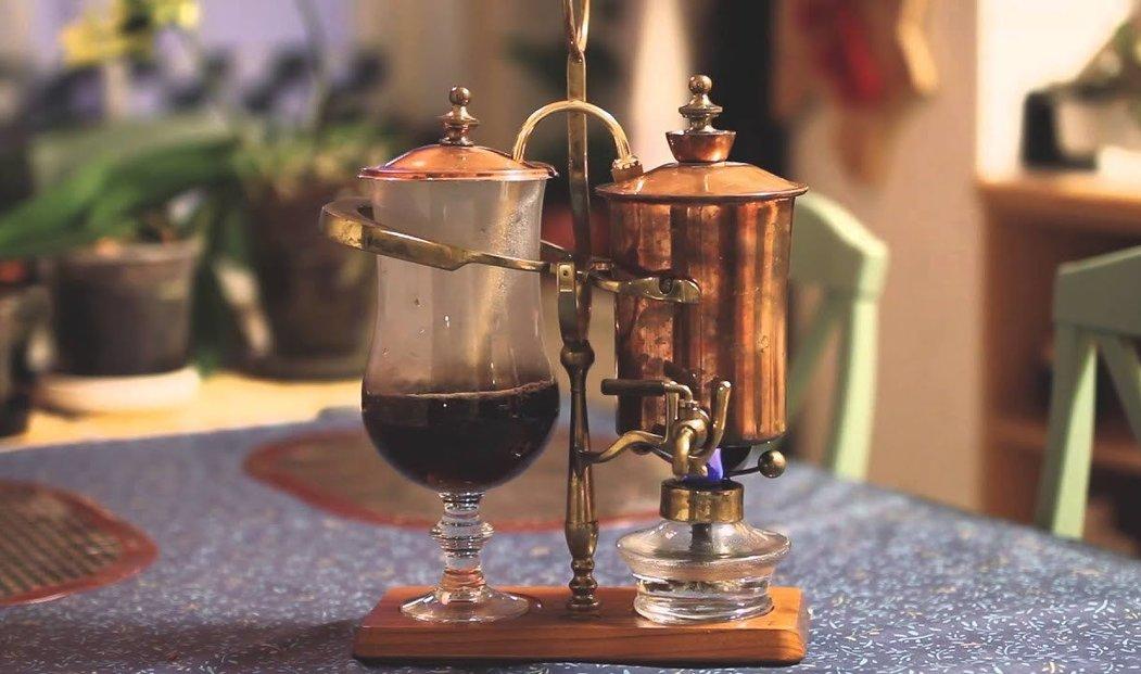 Nejstylovější příprava kávy, balanční sifón fungující na vakuu, kahanu a závaží.