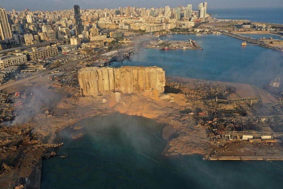 Vybuchlý sklad v Bejrútu a jeho zdevastované okolí