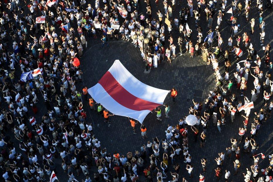 Demonstrace k vyjádření solidarity s protesty v běloruských městech se konala 16. srpna na Staroměstském náměstí v Praze.