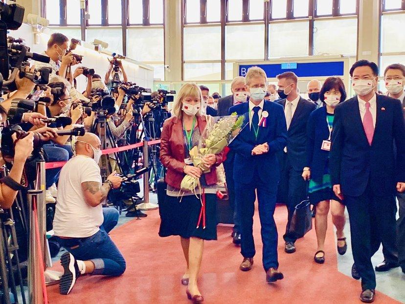 Předseda Senátu Miloš Vystčil s manželkou po příletu na Tchaj-wan.