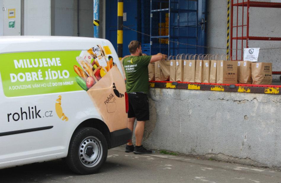 On-line supermarket Rohlik.cz rozváží tašky s objednanými potravinami ze skladu v Praze.