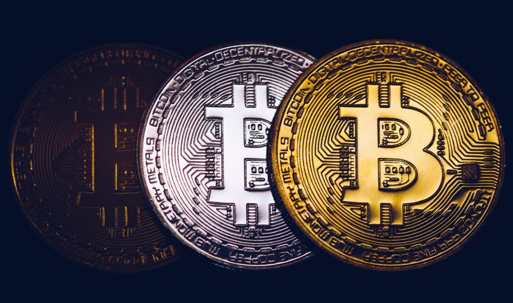 Logo bitcoinu, ilustrační kompozice.