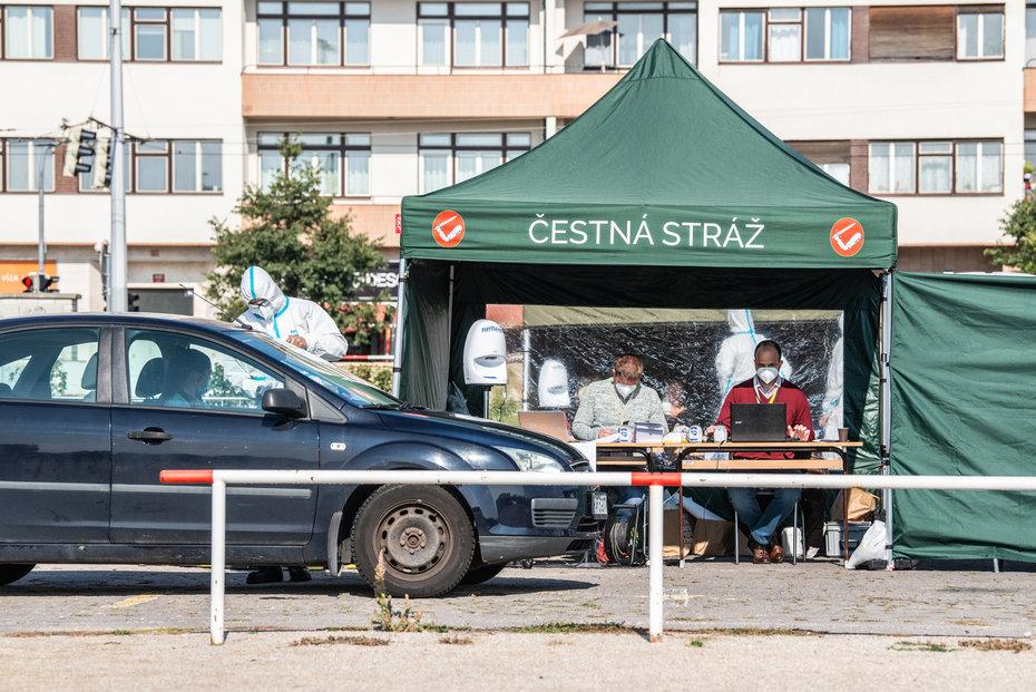 Volební stanoviště na Letné, kde letos mohli lidé volit kvůli koronaviru z auta.