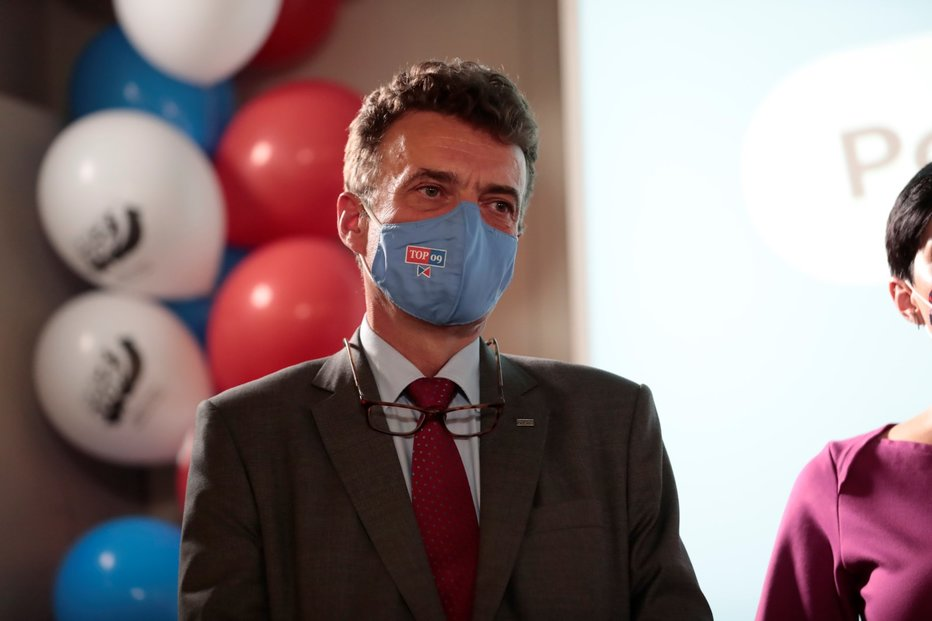 První místopředseda TOP 09 a senátor za obvod Jičín Tomáš Czernin během tiskové konference TOP 09 ve volebním štábu (3. 10. 2020)
