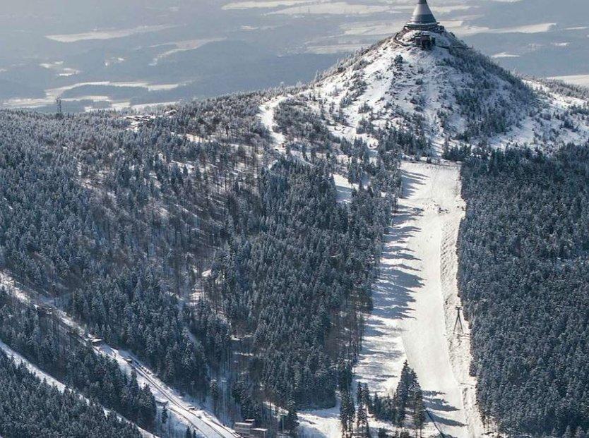 Na Nové Skalce v areálu u Ještědu by se mělo lyžovat ještě letos.