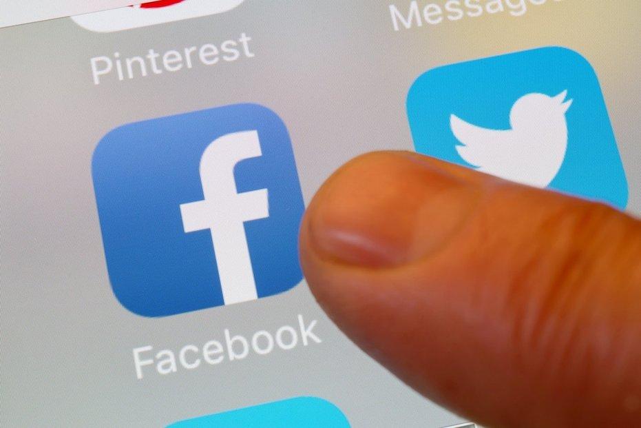Facebook zablokoval Trumpův účet na dobu neurčitou. Twitter přiměl Trumpa smazat nevhodný obsah. K bojkotu se připojily i další platformy.
