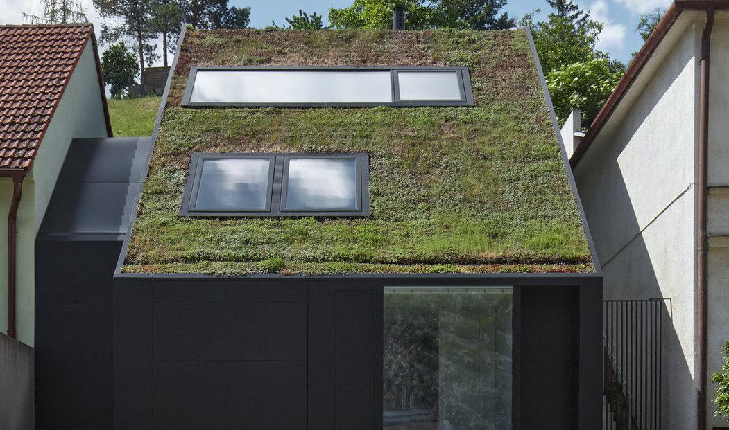 3. Severní část domu do nábřeží tvoří šikmou střechu navazující na střechy sousedních domů. Střecha je zelená a opticky přechází do stoupající zahrady.