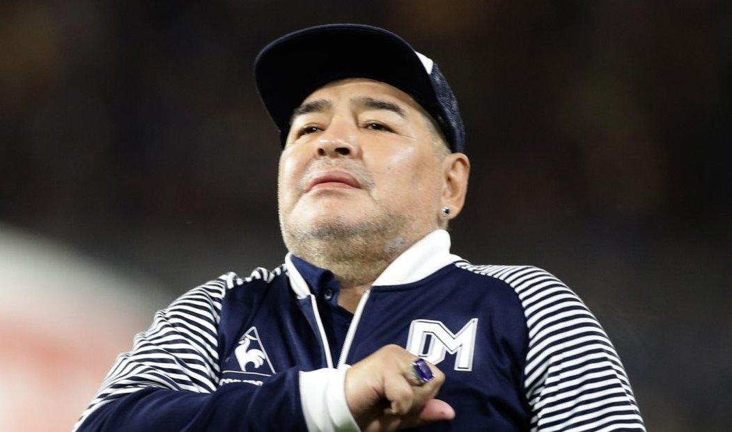 Jeden z nejlepších fotbalistů historie Diego Maradona zemřel. Šedesátiletá legenda utrpěla infarkt.
