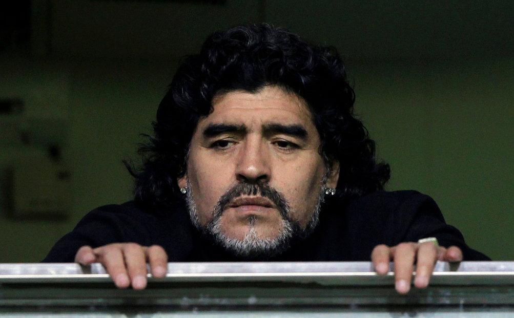 Diego Maradona sleduje v roce 2011 zápas Bocy Juniors v Buenos Aires.