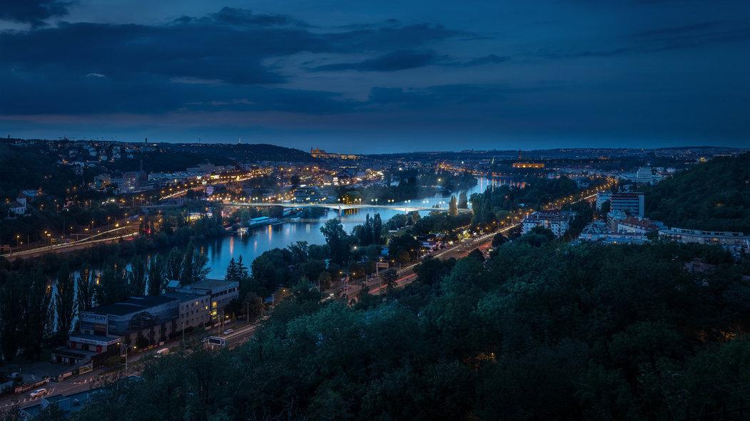 Pohled na mosty v pražském údolí Vltavy