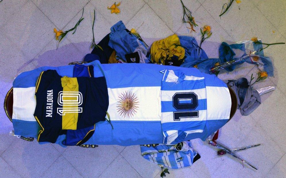 Rakev s ostatky Diega Maradony v prezidentském paláci v Buenos Aires