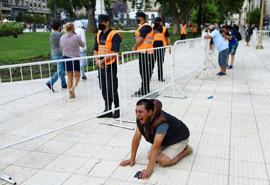 Někteří fanoušci prožívají Maradonovu smrt hodně emotivně