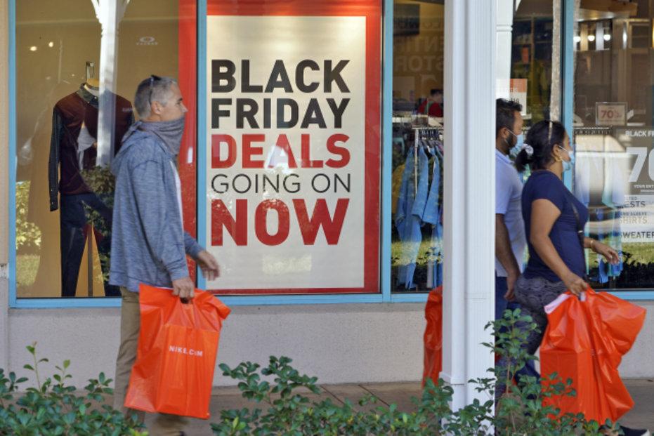 Každoroční nákupní šílenství na Black Friday letos v USA zmírnila koronavirová pandemie. Fronty na zlevněné zboží výrazně prořídly. Lidé nosí roušky a drží rozestupy. Většina nákupů se z obav nákazy přesunula na internet.
