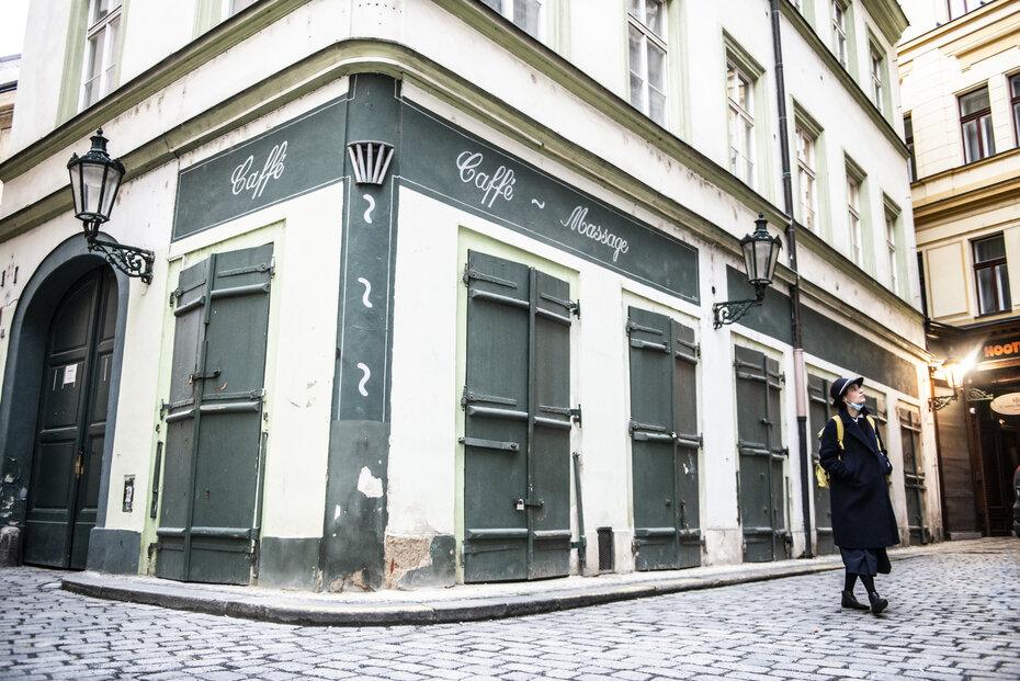 Lidé podnikající či pracující v cestovním ruchu by záchranu letošní turistické sezóny jistě uvítali. Na snímku opuštěné provozovny v centru Prahy.