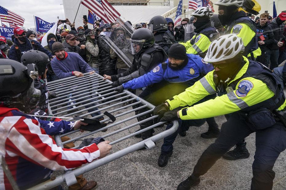 Příznivci Donalda Trumpa útočí na budovu Kapitolu, sídla Kongresu USA.
