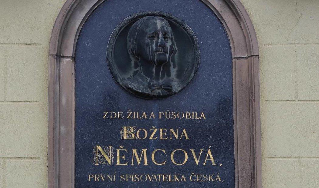Pamětní deska na domě č. 120 v Domažlicích, kde Božena Němcová s rodinou žila v letech 1843 až 1847.