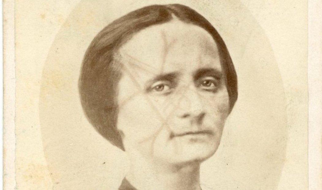 Fotka Boženy Němcové z roku 1859, kdy jí bylo 39 let.