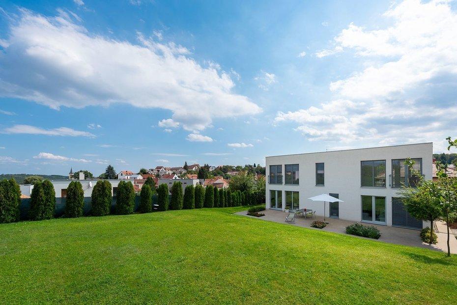 Tato luxusní dřevostavba (255 m²) s obřím pozemkem (1 014 m²) v Nebušicích je k mání za necelých 28 mil. Kč.
