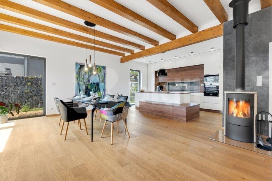 Tato úchvatná dřevostavba (239 m²) se zhruba stejně velkým pozemkem v Újezdu u Průhonic se objevila na trhu za 23,7 mil. Kč.