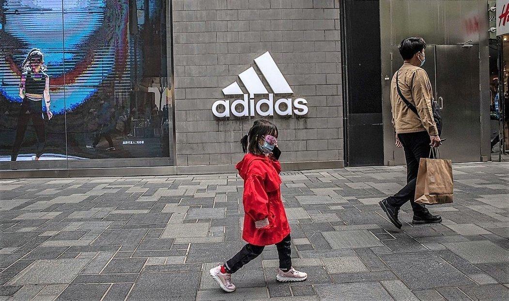 Výrobky značky Adidas jdou v Číně stále dobře na odbyt navzdory bojkotu ze strany společnosti Huawei.