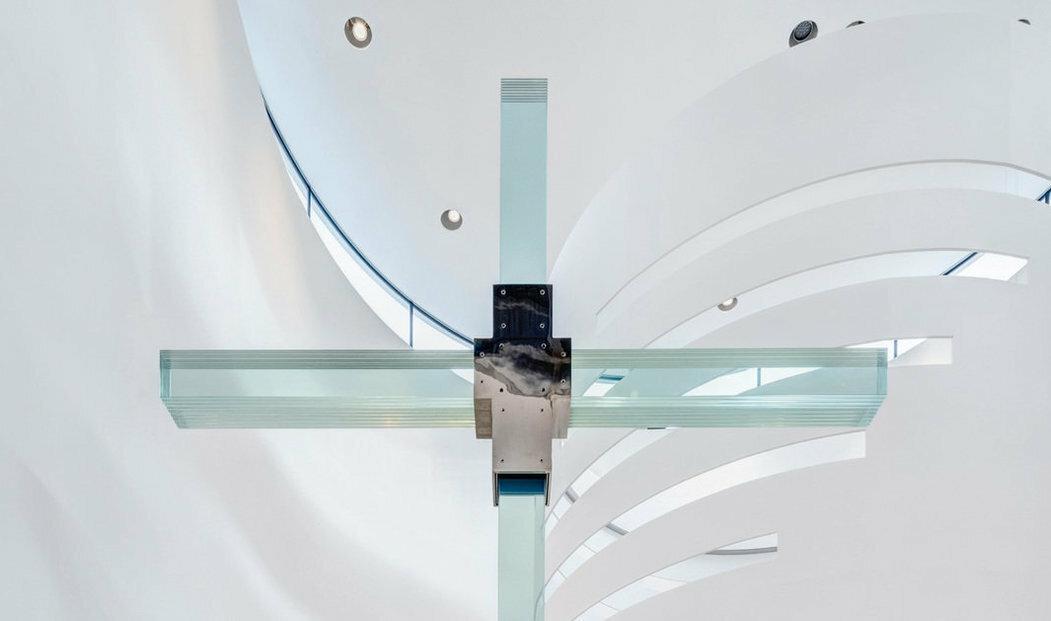 Návrh kombinuje moderní přístupy a technologie s tradičními prvky. Stavba má půdorys kříže, nad příčnou lodí se symbolicky vznáší zlatý prstenec přinášející do chrámu světlo.
