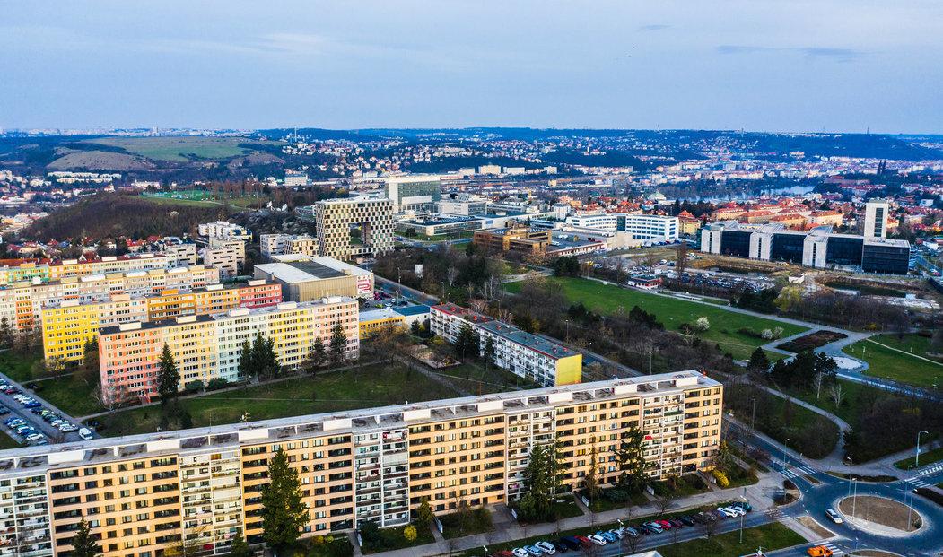 Pražští radní hledají způsob, jak zajistit dostatek bytů v metropoli. Jednou z cest je, aby si lidé postavili bytové domy sami s částečnou pomocí města.