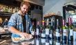 Tržby restaurací v centru Prahy klesly meziročně až o 35 procent. Na snímku je Ko8ka - kobka číslo 8 na smíchovské náplavce.