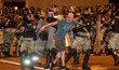 Odpůrci oficiálních výsledků voleb se v Bělorusku střetli s policií (9. 8. 2020)