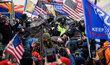 Policie zasáhla v budově Kapitolu, do níž vnikli Trumpovi příznivci. Zákonodárci byli evakuováni.