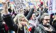 Tisíce lidí v Praze demonstrovaly proti vládním opatřením. Většina lidí neměla roušky a nedodržovala rozestupy. S projevem vystoupil vedle zástupců podnikatelů, umělců, lékařů či studentů i bývalý prezident Václav Klaus.