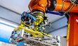 Společnost Škoda Auto v závodě ve Vrchlabí využívá chytrého manipulačního robota.