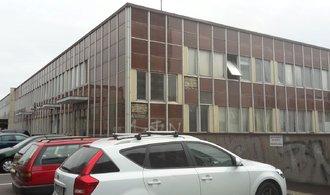 Oprava přestárlé Malešické polikliniky se po letech průtahů přiblížila