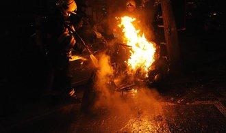 S obřím požárem londýnského skladu bojovalo 140 hasičů. Podívejte se