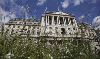 Bank of England se děsí brexitu, snížila sazby
