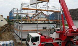 Stavebnictví v květnu zpomalilo propad, rostou tisíce nových bytů
