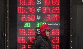 Rubl se propadl na nová minima, Rusové ale dolary nenakupují