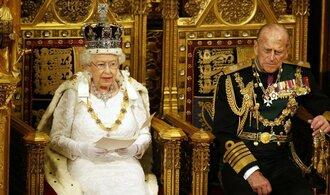 Budeme více zbrojit, ohlásila Britům královna