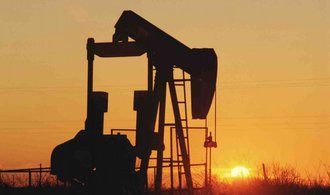Cena ropy zase padá, může za to Írán a vyšší těžba v USA